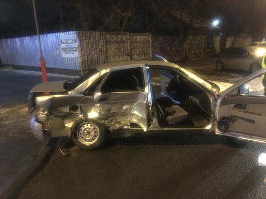В Самаре ночью столкнулись 3 автомобиля | CityTraffic