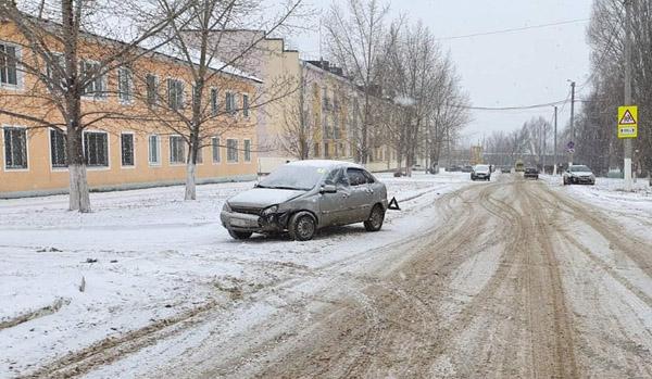 В Чапаевске водитель-новичок попала в аварию и повредила голову | CityTraffic