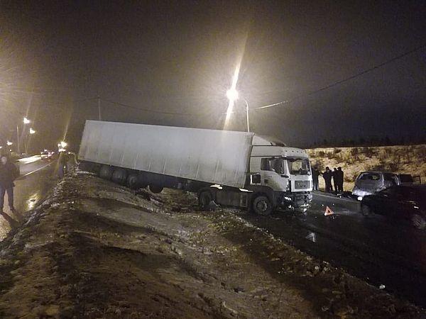 Один человек погиб и трое пострадали в столкновении легковушки с грузовиком в Тольятти | CityTraffic