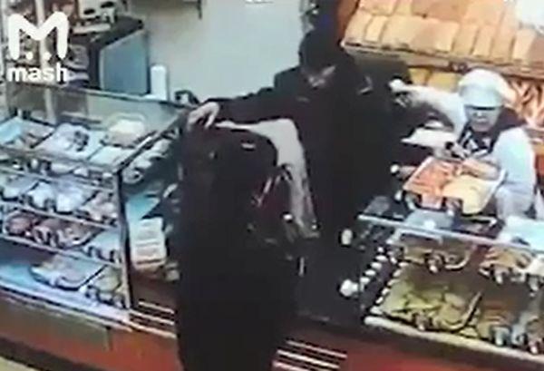 Продавец из Самары отбила пекарню от грабителя с молотком: видео | CityTraffic