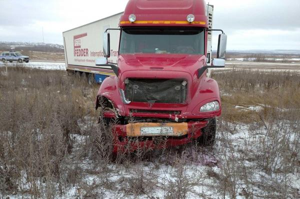 На трассе в Самарской области легковушка врезалась в грузовик, два человека погибли | CityTraffic