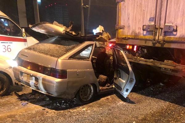 В Самаре на Московском шоссе легковушка влетела под грузовик, один человек погиб | CityTraffic