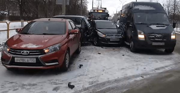 В Тольятти столкнулись 3 легковушки и микроавтобус, пострадал один человек | CityTraffic