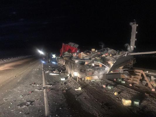На трассе М-5 в Самарской области лоб в лоб столкнулись два грузовика, один водитель погиб   CityTraffic