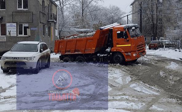 В Тольятти КамАЗ с песком провалился в яму во дворе на улице Советской | CityTraffic