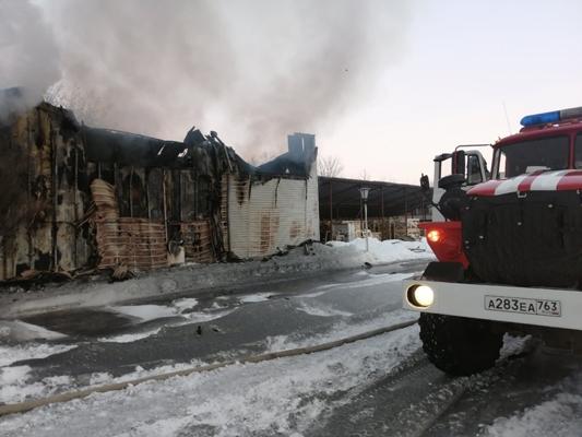 В Тольятти горящий ангар с резинотехническими изделиями тушили 3 часа | CityTraffic
