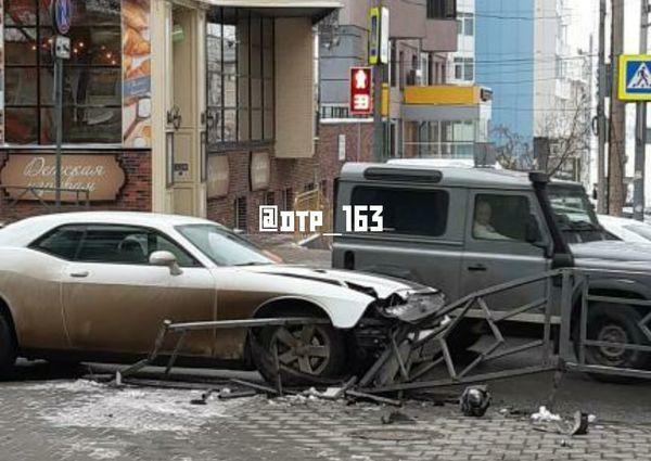 Жители Самары оплакивают Dodge Challenger, который въехал в забор | CityTraffic