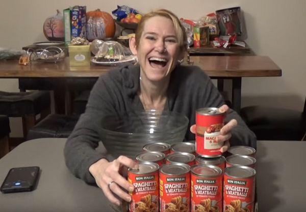 Женщина отметила Новый год, съев за 6 минут 12 банок спагетти в консервах: видео | CityTraffic