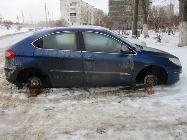В Тольятти муж с женой похищали колеса с автомобилей при помощи такси: видео | CityTraffic