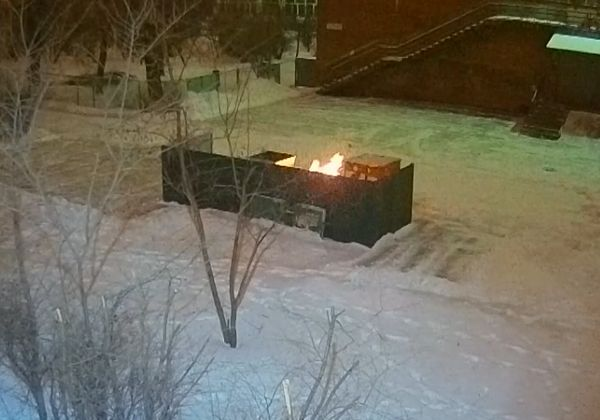 В Тольятти пироманьяк прожег до дыр мусорный контейнер на территории школы: видео
