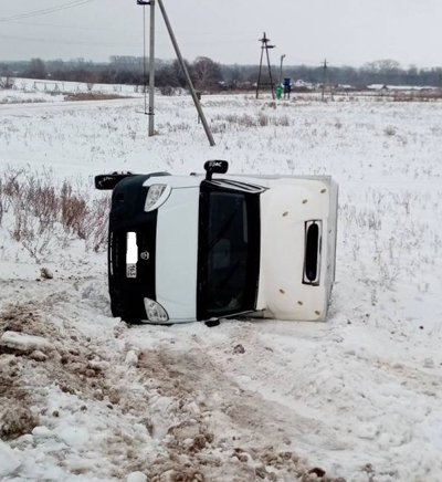 Между селами в Самарской области перевернулся грузовик с колбасой   CityTraffic