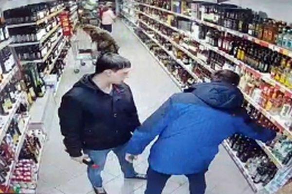 По бутылке виски, рома и вина украли трое жителей Самары в магазине: видео | CityTraffic