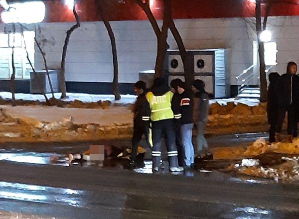 В Тольятти голый человек полчаса лежал на дороге: видео | CityTraffic