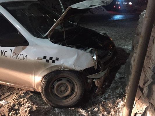 В Сызрани пострадали пассажиры такси, которое въехало в бетонное ограждение | CityTraffic