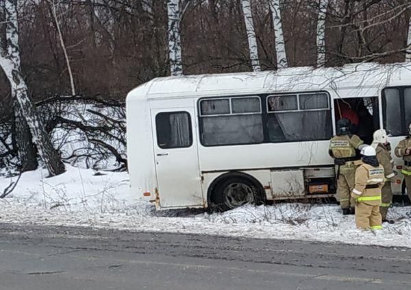 Четыре человека отправлены в больницу после съезда в кювет автобуса в Самарской области | CityTraffic