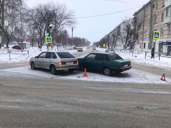 В Новокуйбышевске столкнулись две легковушки - в больницу попала девушка-пассажир | CityTraffic