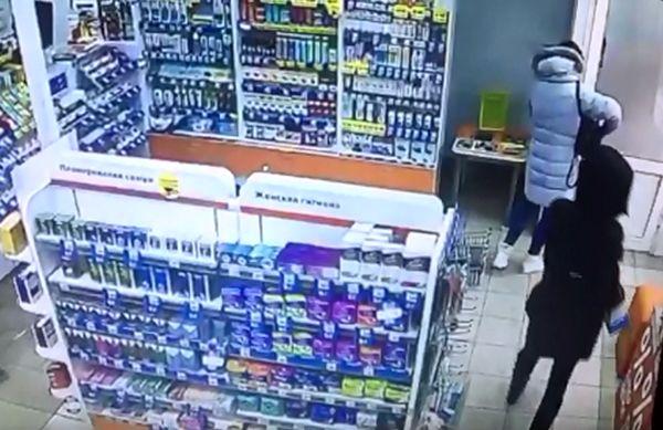 Жительница Самары обворовала аптеку: видео | CityTraffic