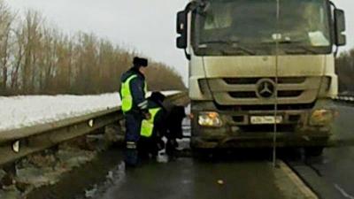 На трассе М-5 сотрудники ГИБДД помогли водителю фуры поменять пробитое колесо: видео | CityTraffic