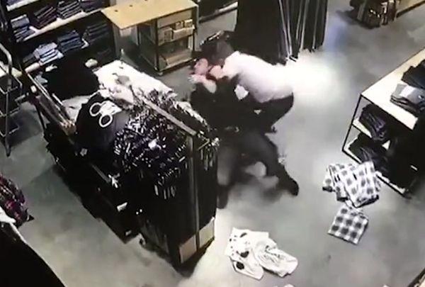Продавцы сокрушили воров джинсов вбитве: видео