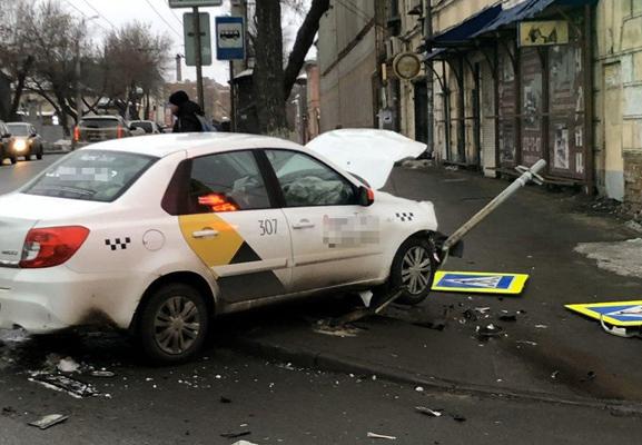 В Самаре автомобиль такси снес дорожные знаки   CityTraffic