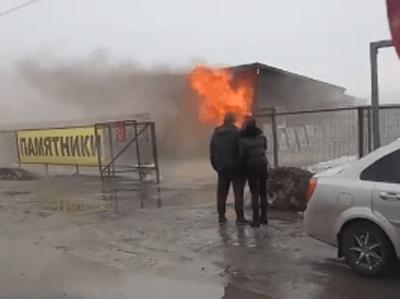 В Тольятти 20 человек тушили горящий торговый павильон на Обводном шоссе: видео | CityTraffic