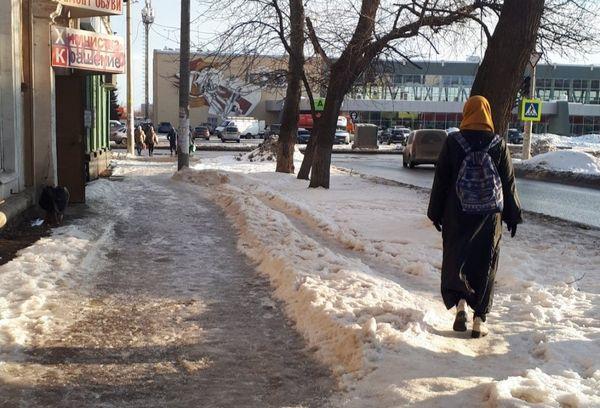 Жители Самары показали главе города экстремальные тротуары у Дворца спорта   CityTraffic