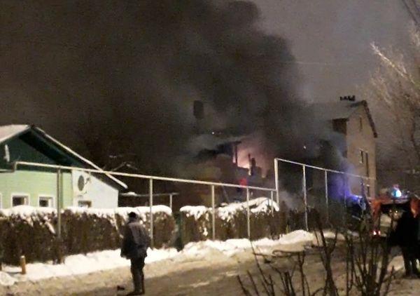 """В Тольятти возле """"колхозного"""" рынка сгорел дом: видео   CityTraffic"""
