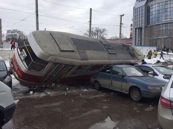 В Самаре трамвай сошел с рельсов и повредил 5 автомобилей | CityTraffic