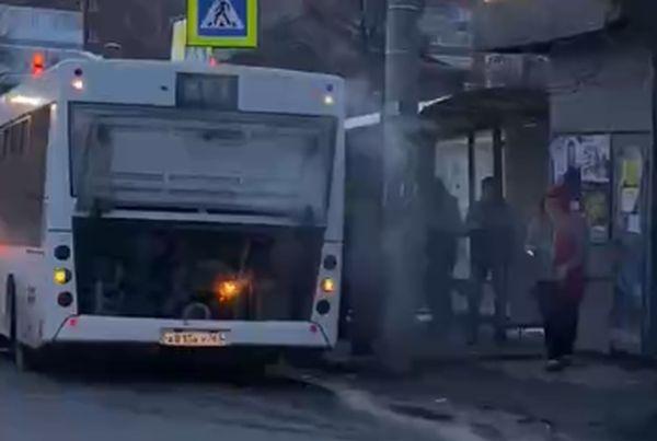 В Самаре на ходу загорелся автобус: видео