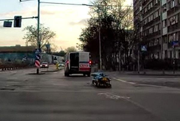 Скорая помощь с открытой задней дверью потеряла носилки на ходу: видео | CityTraffic