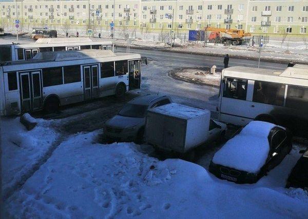 В Самаре городские автобусы заняли парковку перед домом на улице Мира | CityTraffic