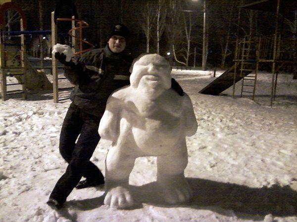 Житель Тольятти лепит удивительных снеговиков во дворе | CityTraffic