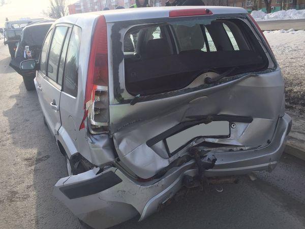 В Самаре грузовик устроил аварию с двумя легковушками   CityTraffic
