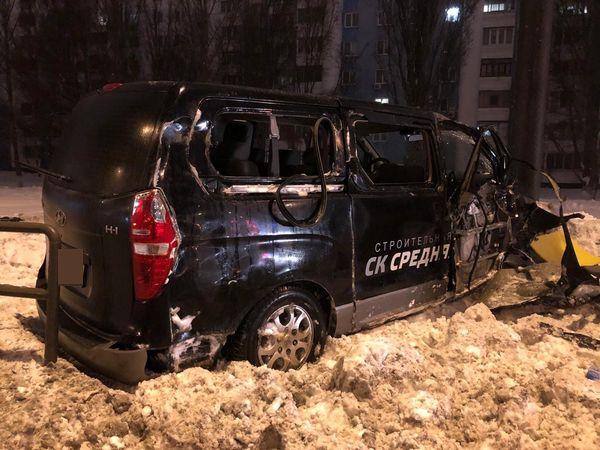 В Самаре ночью микроавтобус влетел в ограждение и перевернулся: видео   CityTraffic