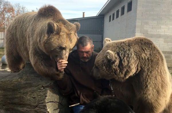 Медведица целует руки человеку, который заботится о ней всю жизнь: видео | CityTraffic