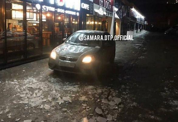 В Самаре с крыши ресторана на припаркованный автомобиль упала глыба льда | CityTraffic