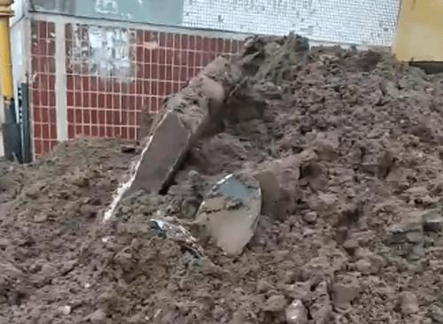 Полиция проверит, как возле дома в Тольятти появилась земля с могильными фотографиями   CityTraffic