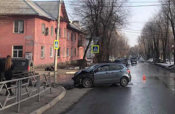 В Самаре «Лада» снесла дорожное ограждение после столкновения с «Киа» на перекрестке | CityTraffic