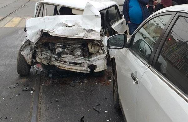 В Самаре Toyota врезалась в здание после столкновения с вазовской легковушкой | CityTraffic