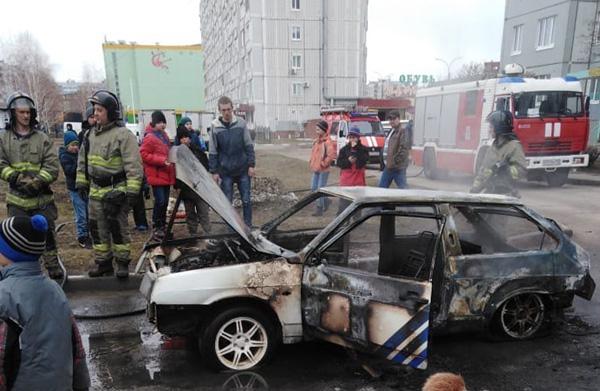 В Тольятти во дворе многоэтажки 7 человек тушили горящий автомобиль | CityTraffic