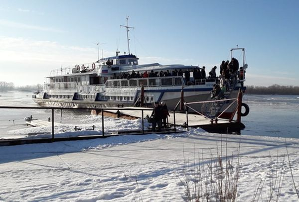 Жители Рождествено сняли на видео свою дорогу домой по льду от переправы | CityTraffic