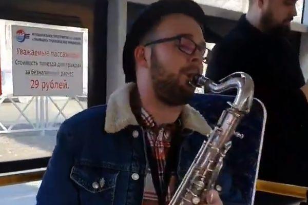 В Самаре в честь 8 Марта для пассажирок троллейбуса №8 сыграли на саксофоне: видео | CityTraffic