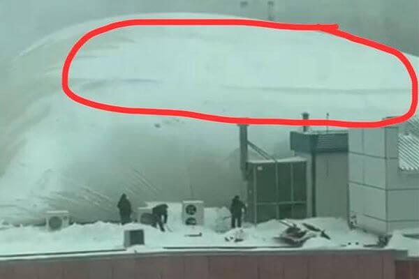 Очевидцы: Самаре под тяжестью выпавшего снега прогнулась крыша КИНАПа, видео | CityTraffic