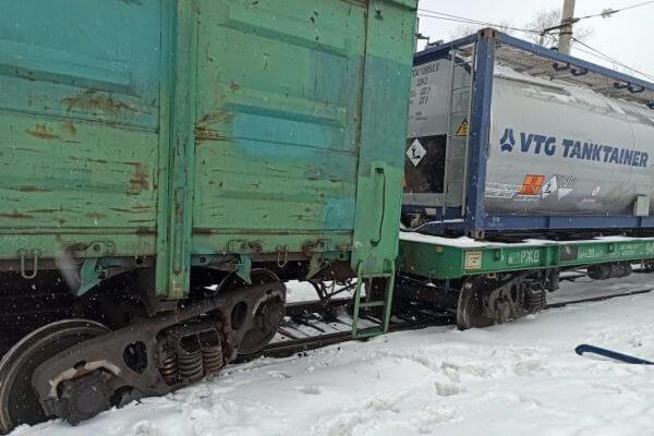 Вагон с ломом и 2 цистерны с кислотой сошли с рельсов в Самарской области | CityTraffic