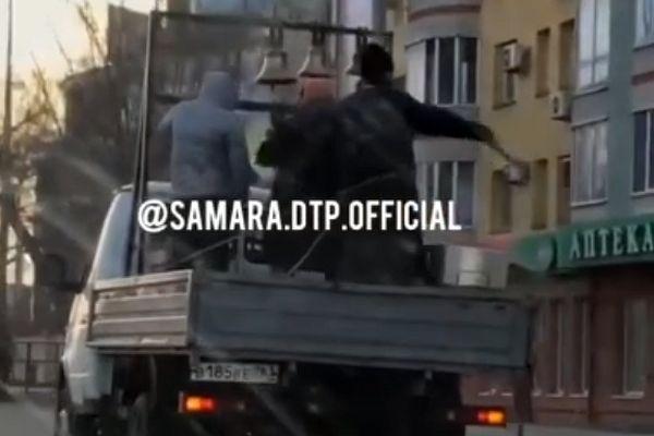 В Самаре священники окропляют улицы святой водой: видео   CityTraffic
