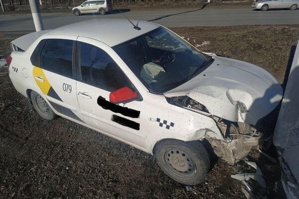 В Тольятти таксист врезался в бордюр, столб и ограждение - пострадала пассажир | CityTraffic