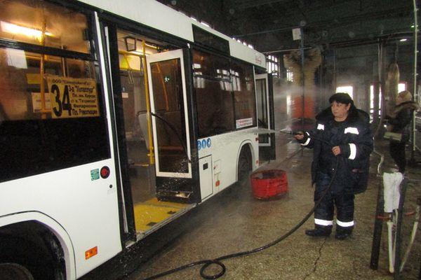 В Самаре салоны автобусов отмывают антибактериальной жидкостью | CityTraffic