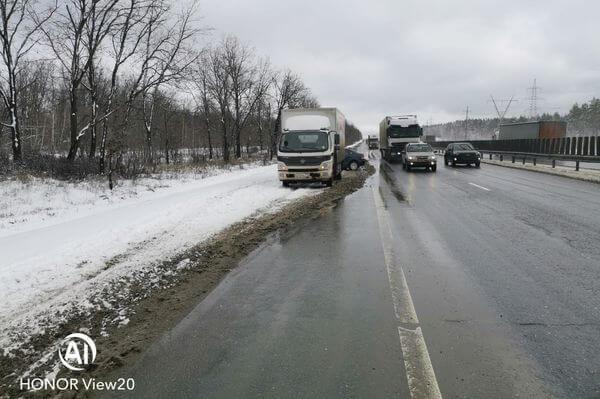 """На трассе М-5 девушка на """"Фольксвагене"""" врезалась в грузовик, стоявший в пробке   CityTraffic"""