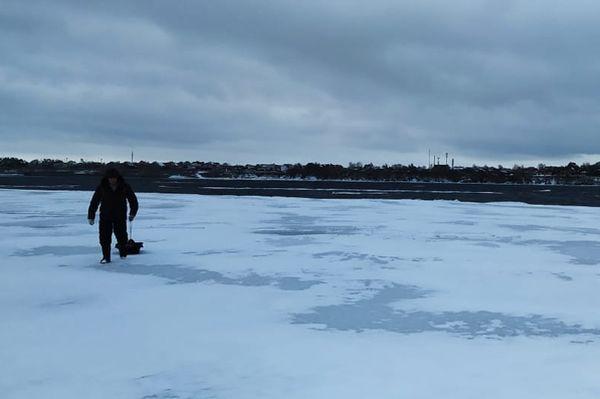Под Тольятти спасли двух рыбаков, которых унесло на льдине | CityTraffic