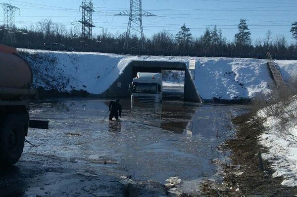 В Тольятти из-под моста на трассе М-5 вытаскивали затонувший грузовик   CityTraffic